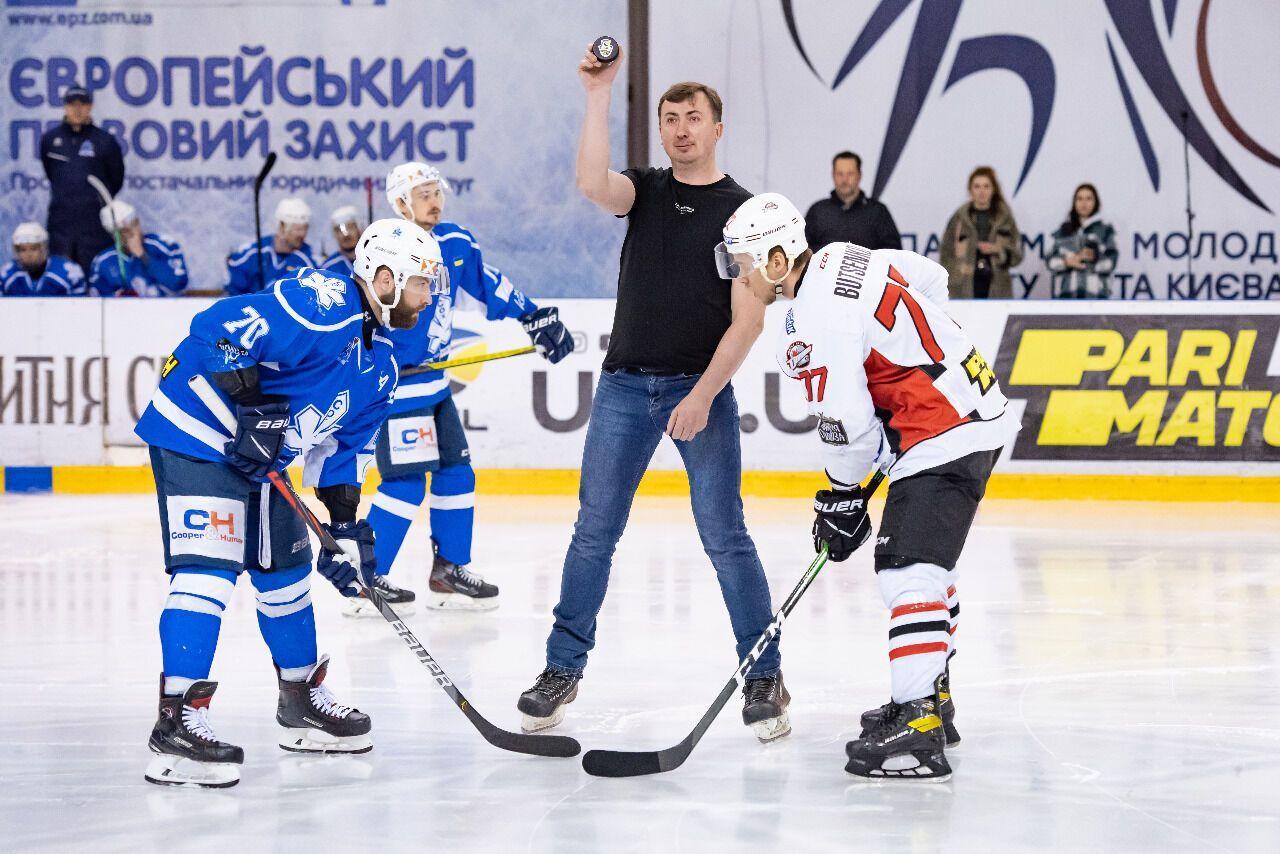 Валерій Жидков робить символічне вкидання.