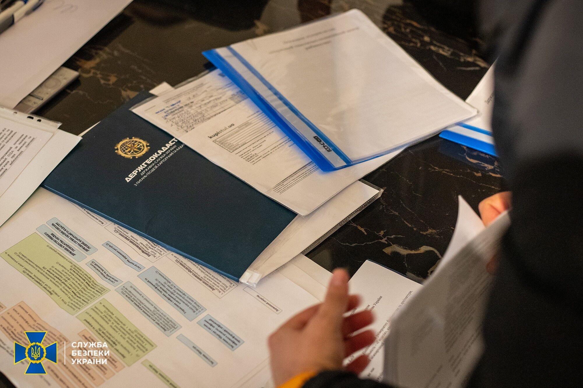 Были обнаружены документы и печати.