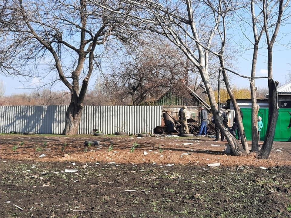 """Снаряд терористів """"ДНР"""" зруйнував паркан"""