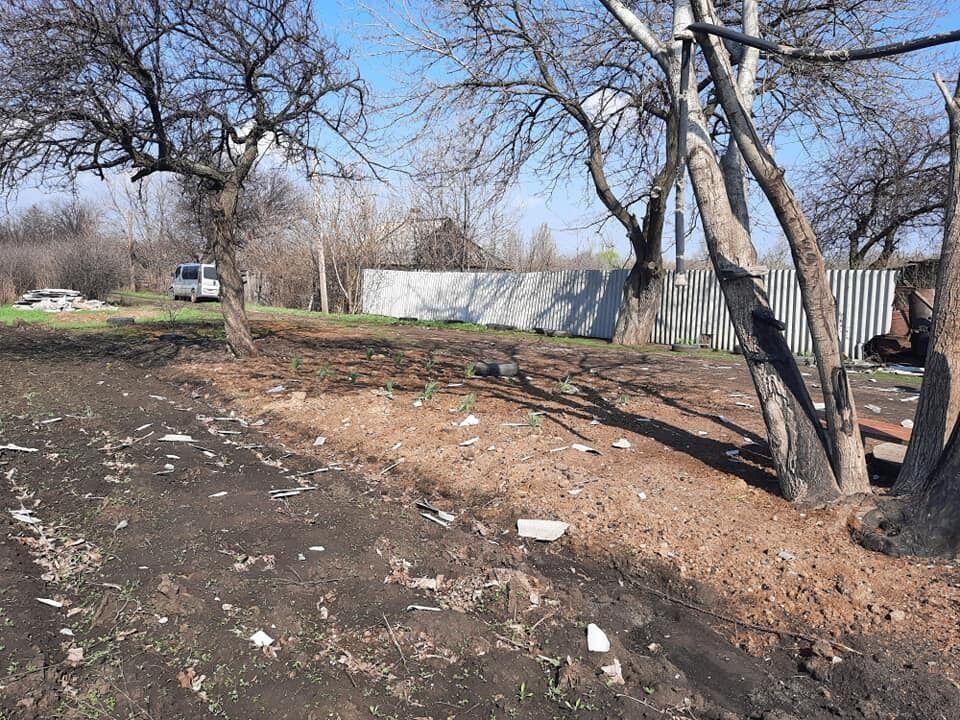 Осколки від паркану після вибуху російського снаряду розлетілися на кілька метрів