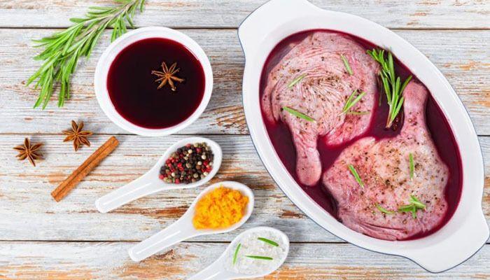 Солодке вино добре розм'якшує волокна і підкреслює смак м'яса