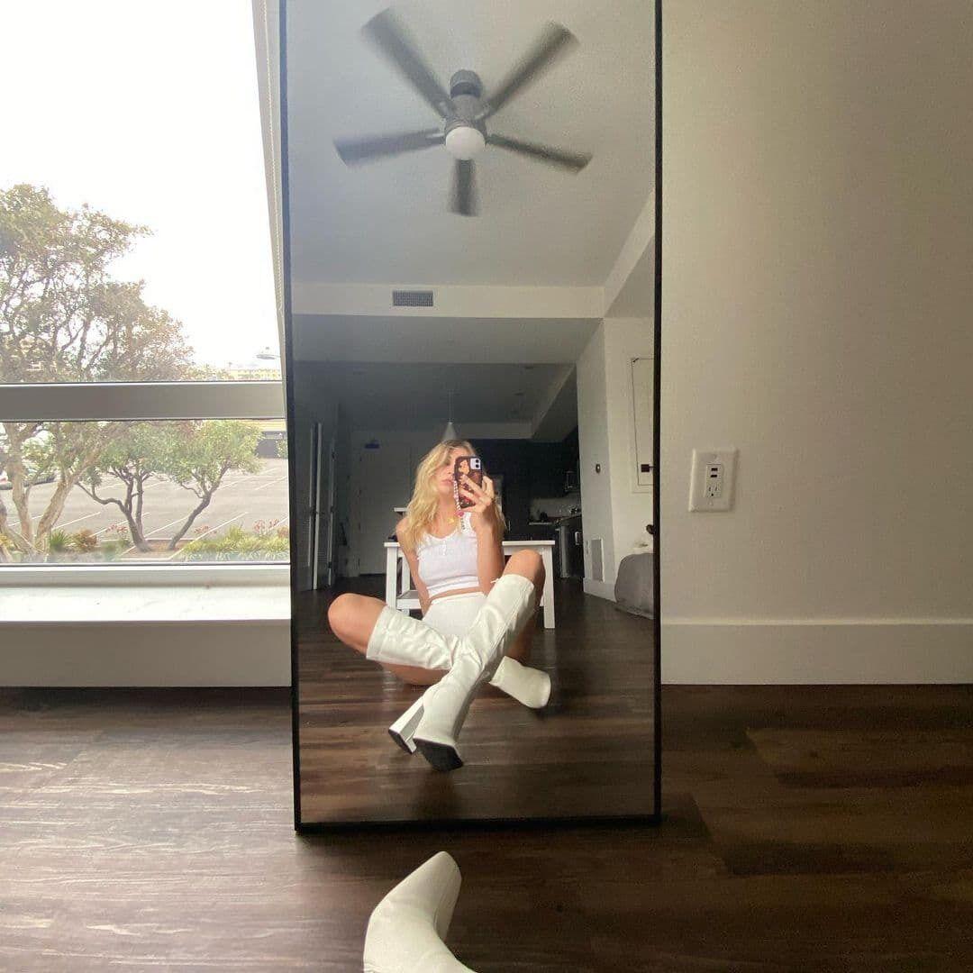 Соня Киперман позировала перед зеркалом.