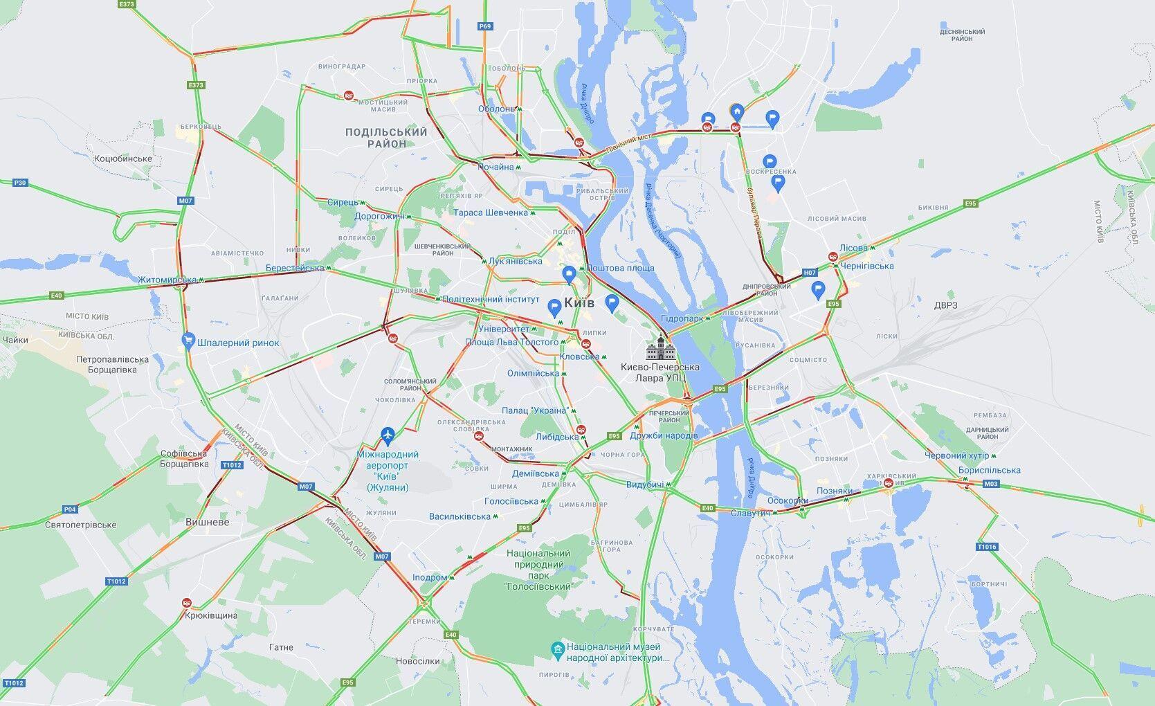 В Киеве пробки парализовали движение на дорогах города.