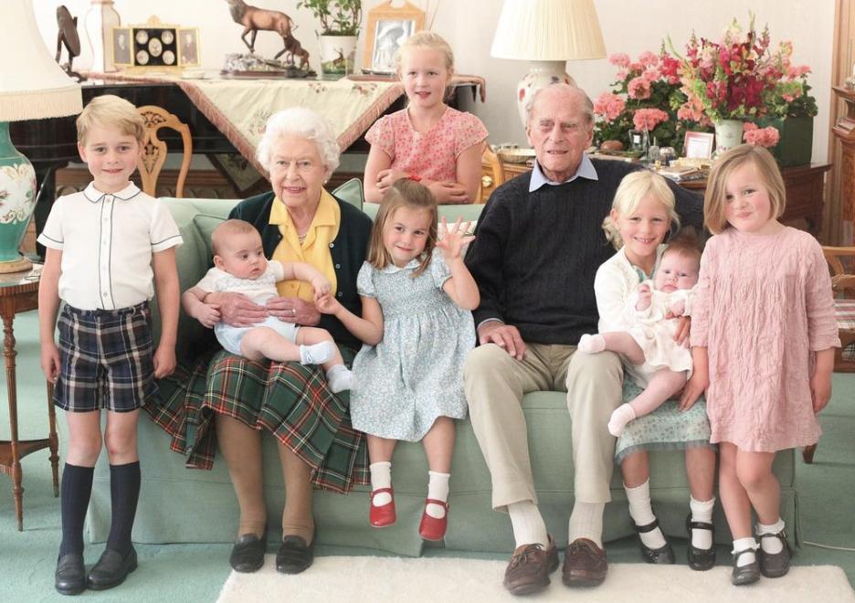Королева і принц Філіп позують на сімейному фото у 2018 році