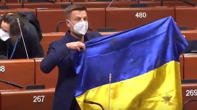 Олексій Гончаренко показав український прапор в Асамблеї