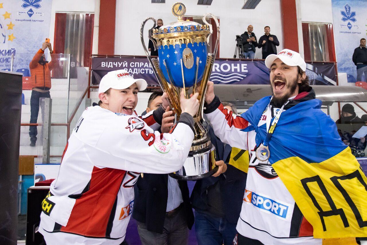 """Хокеїсти """"Донбасу"""" з чемпіонським кубком."""