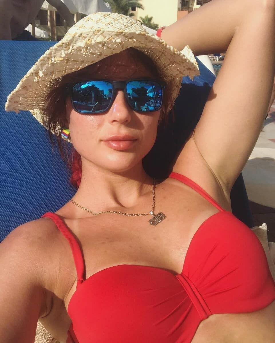 Ганна Кривонос в червоному купальнику