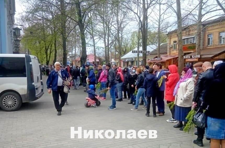 Люди в церкви в Николаеве.