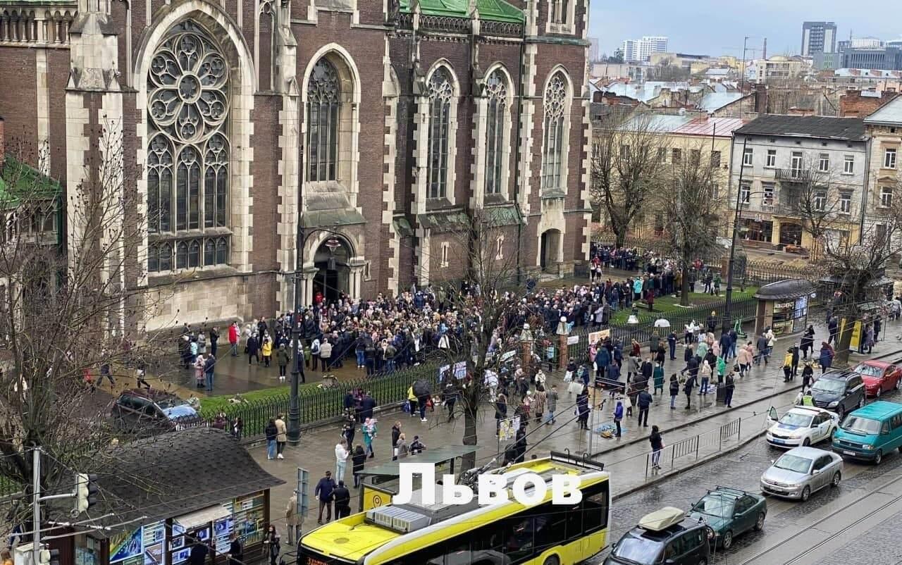 Во Львове массовое скопление людей возле церкви.