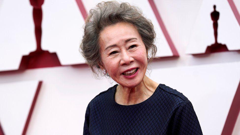 Ю Чжон Юн получила статуэтку.