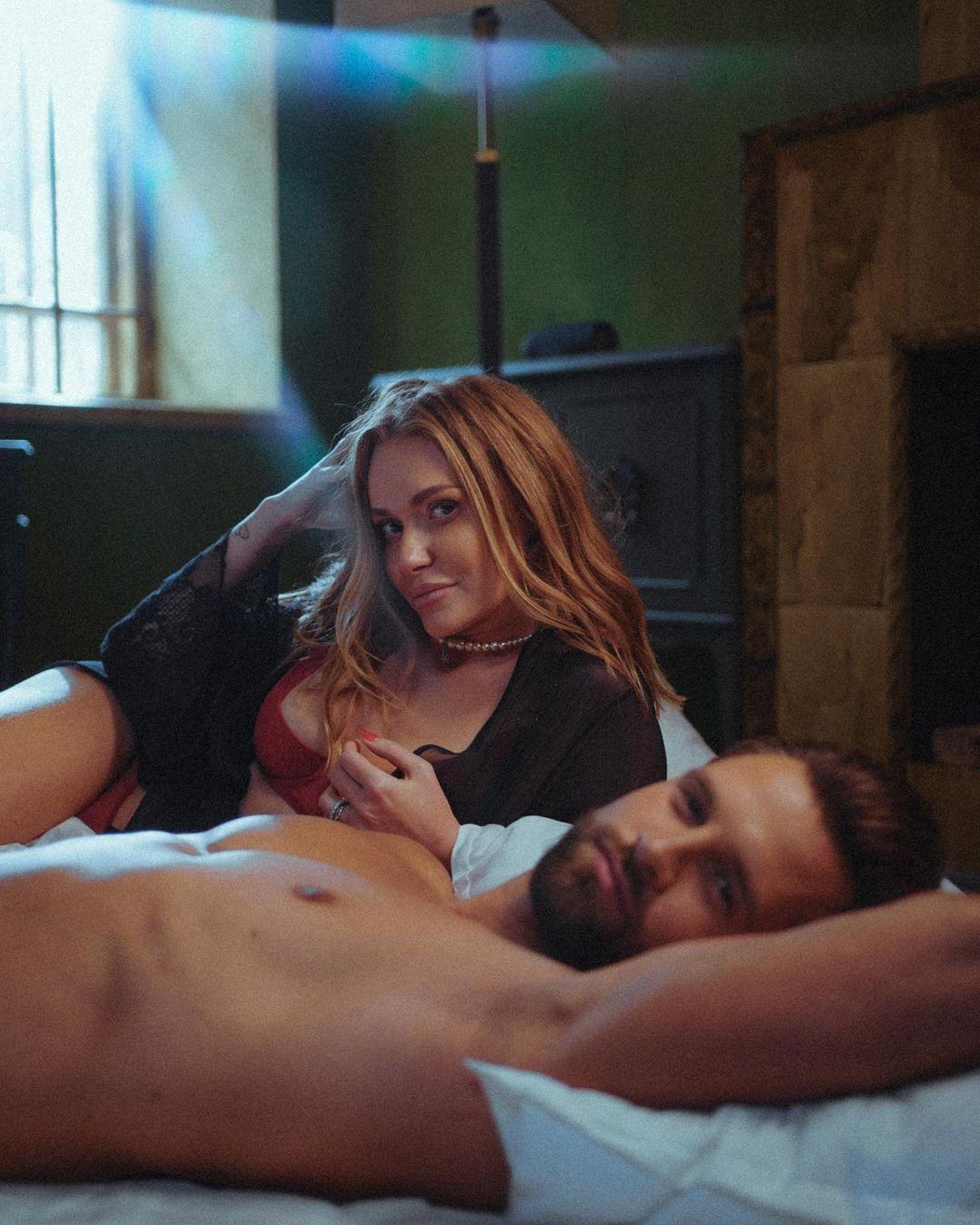 Слава Камінська позує в ліжку з чоловіком