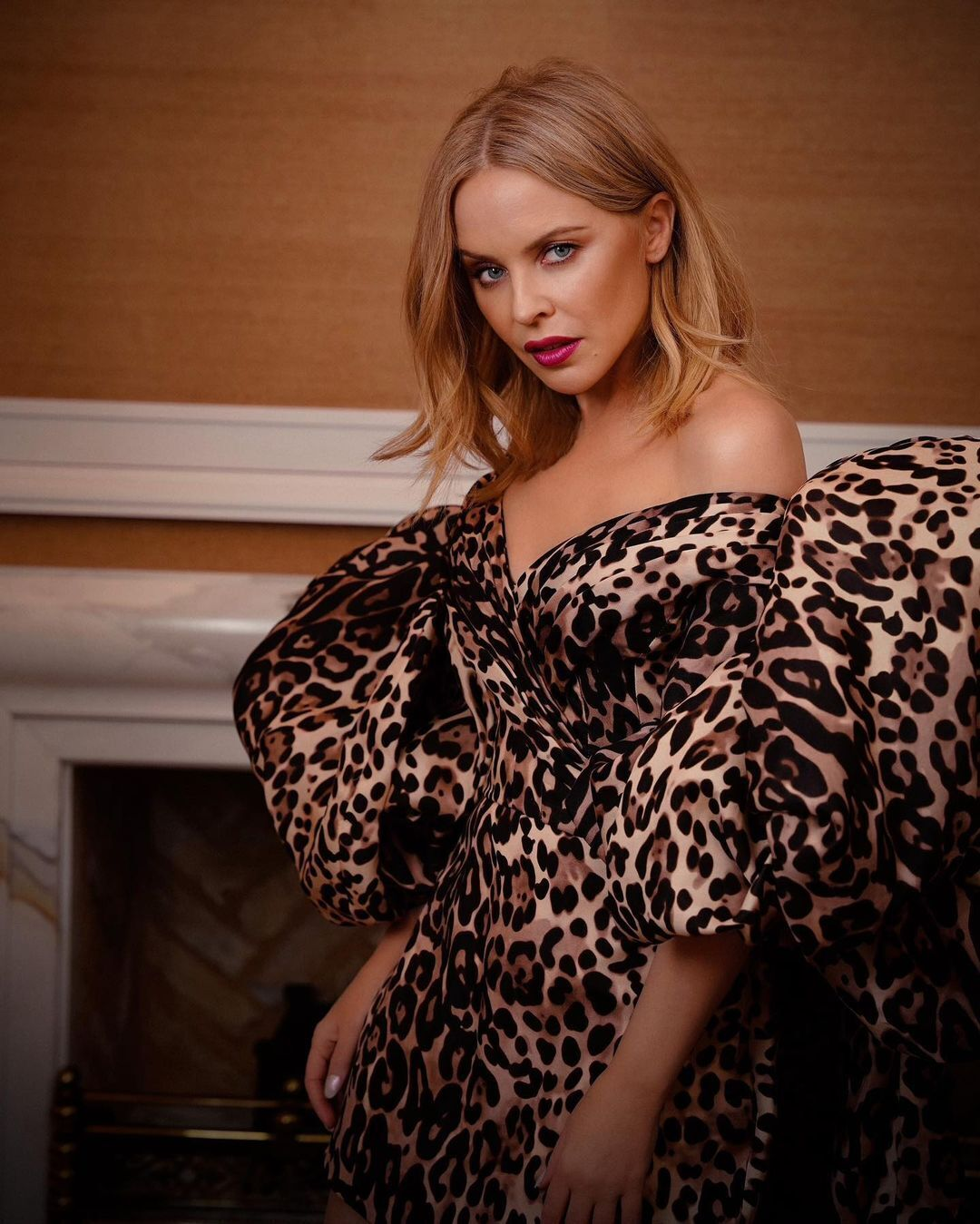 Кайлі Міноуг позує в леопардовій сукні