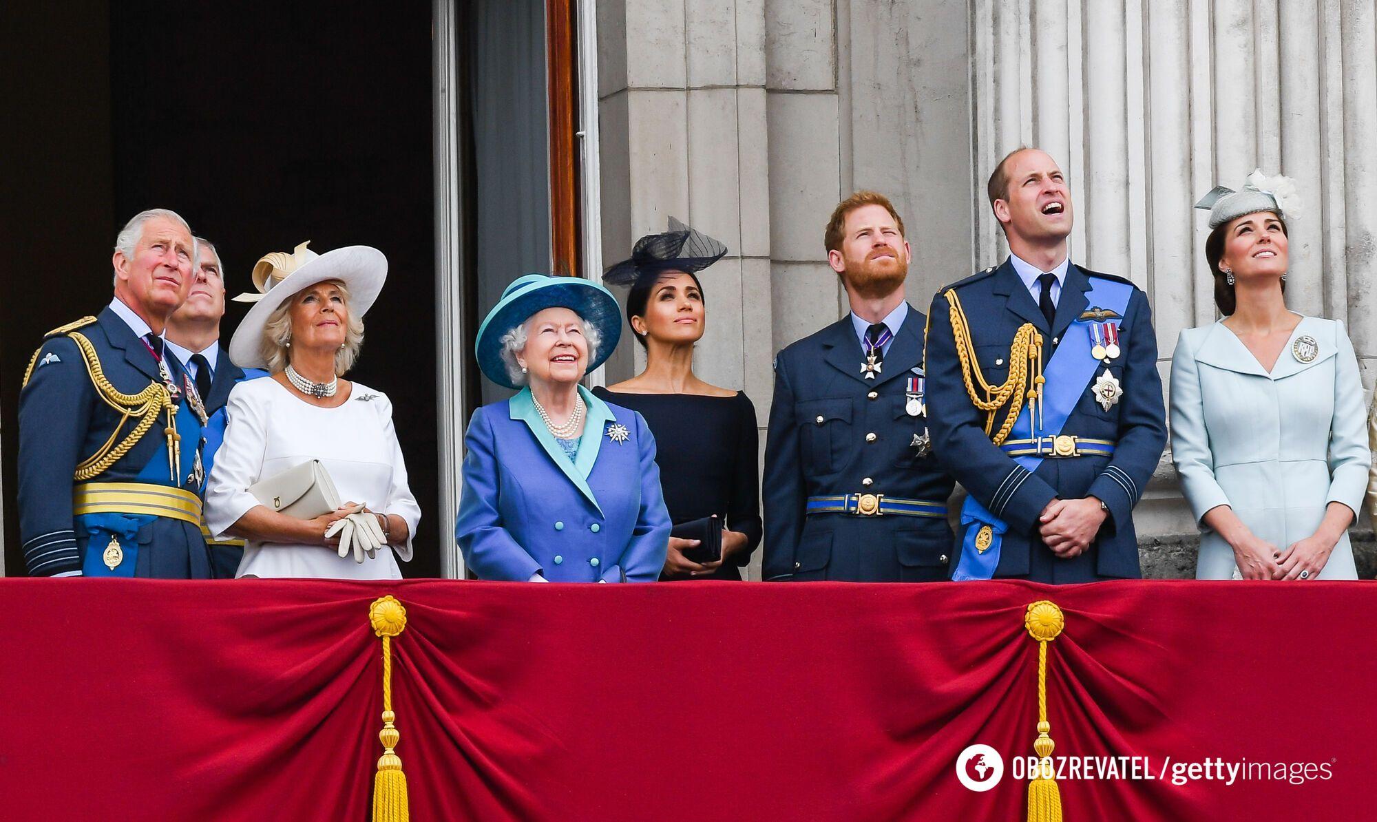 Члени британської королівської сім'ї – принц Чарльз, Камілла Паркер, Єлизавета II, Меган Маркл, принц Гаррі, принц Вільям і Кейт Міддлтон