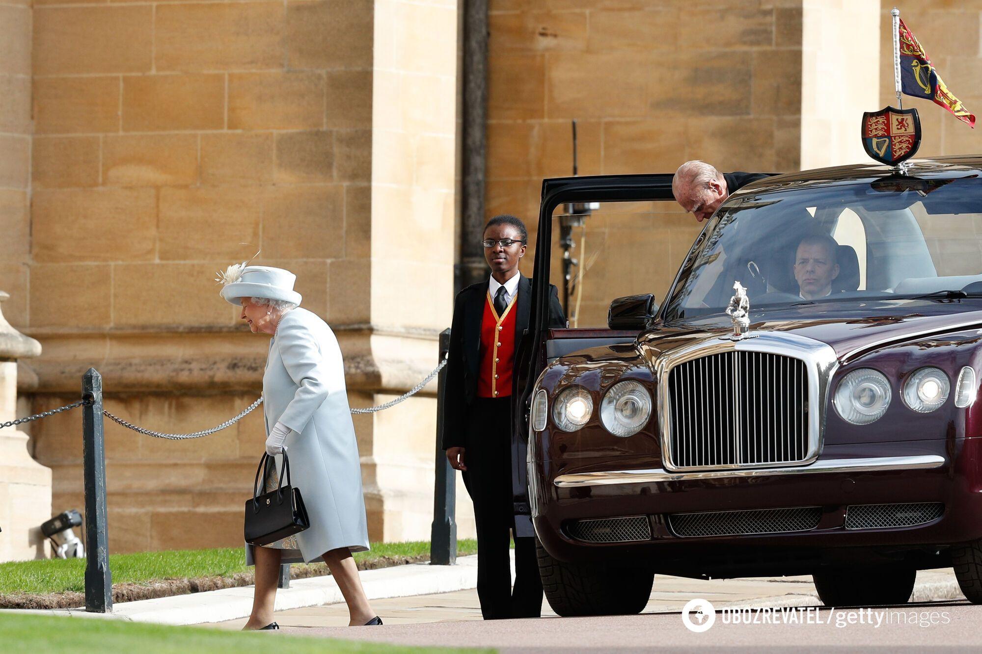 На официальных мероприятиях королева чаще всего появляется на автомобилях марок Bentley и Rolls-Royce