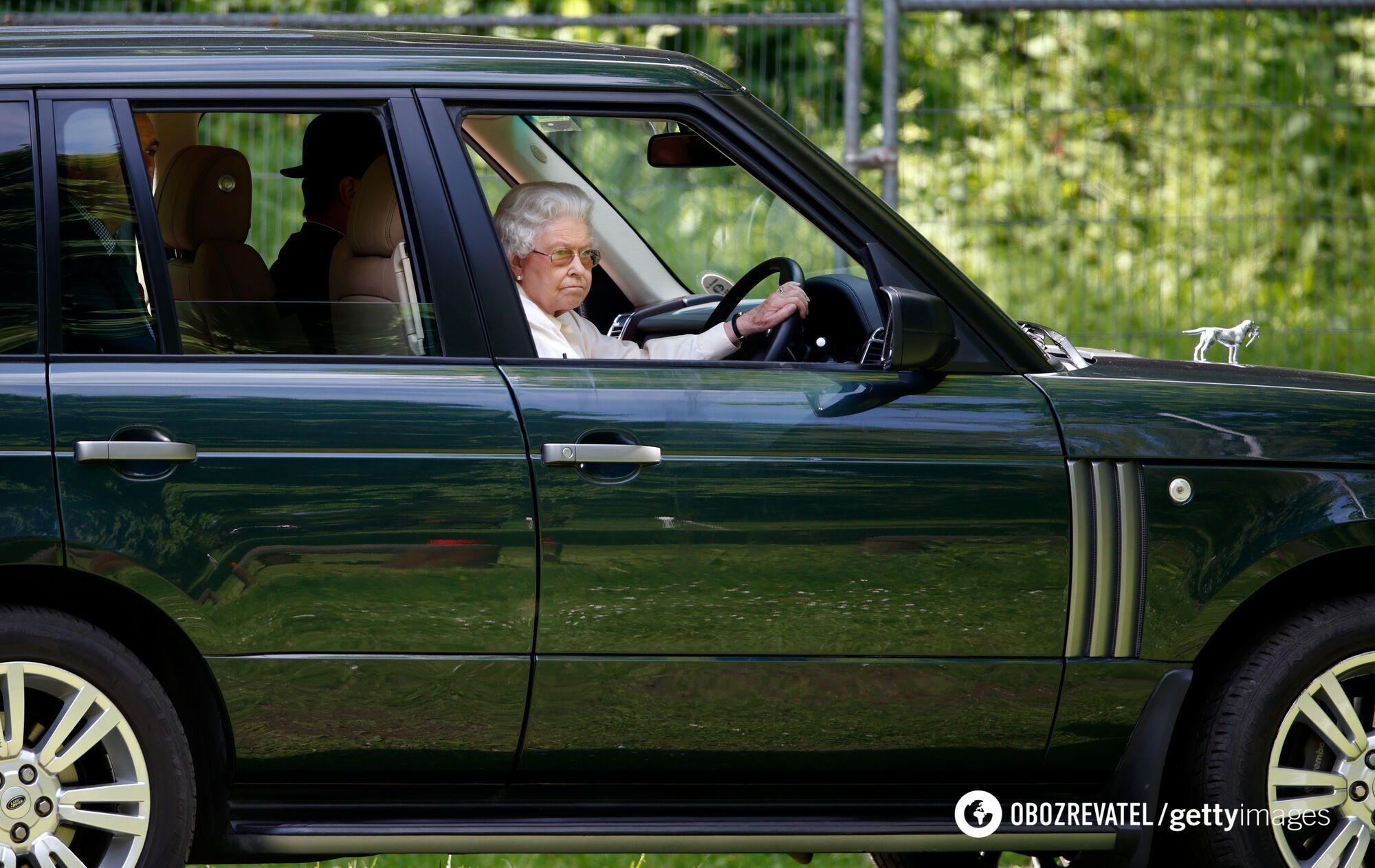 Королева любит водить авто.
