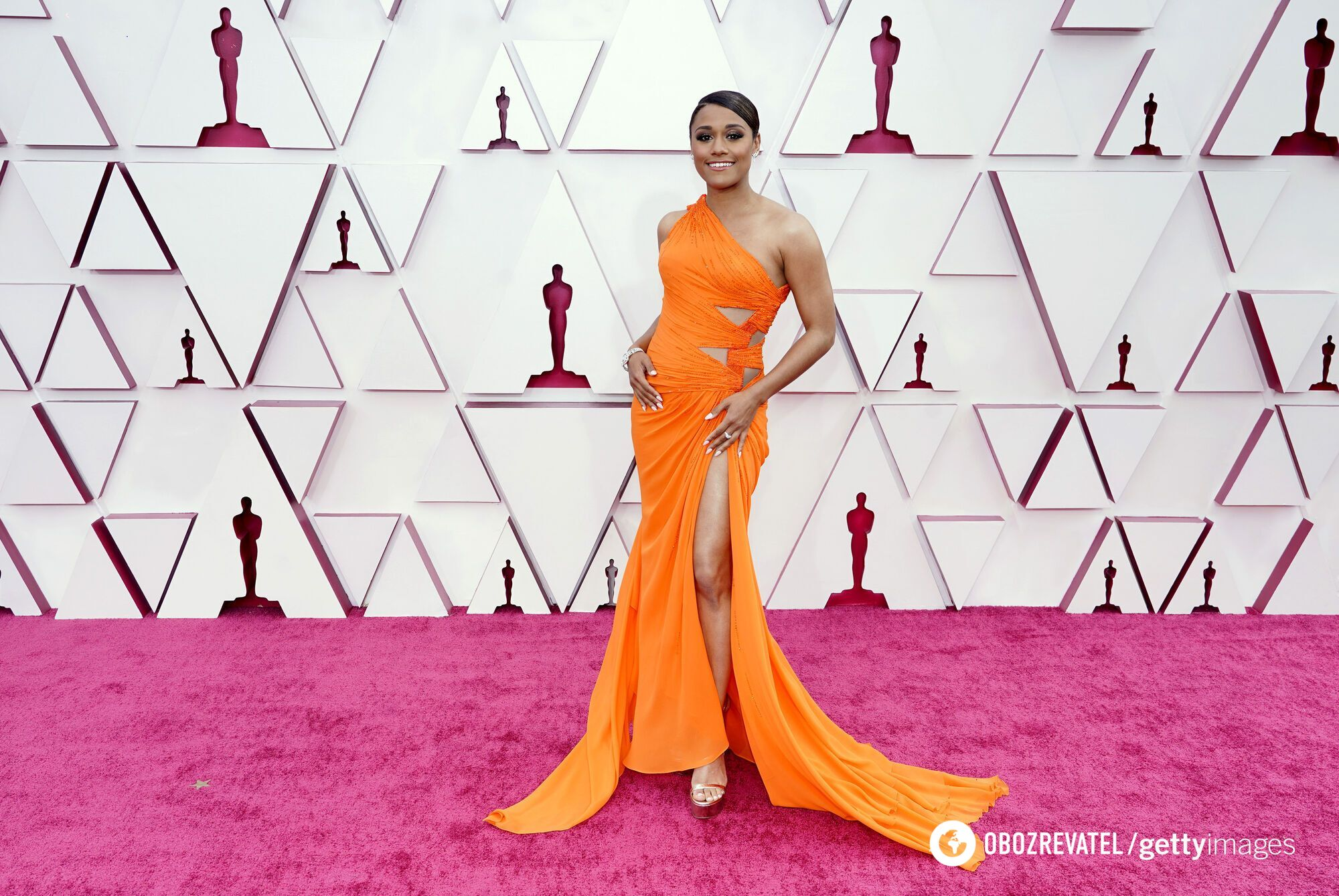 Ариана Дебозе вышла на публику в ярком оранжевом платье