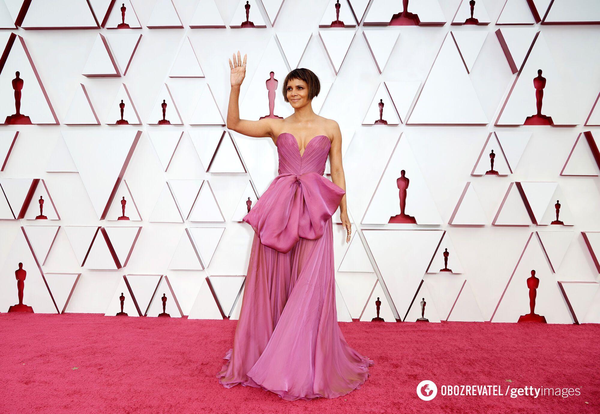 Хэлли Берри появилась на публике в брендовом платье Dolce & Gabbana