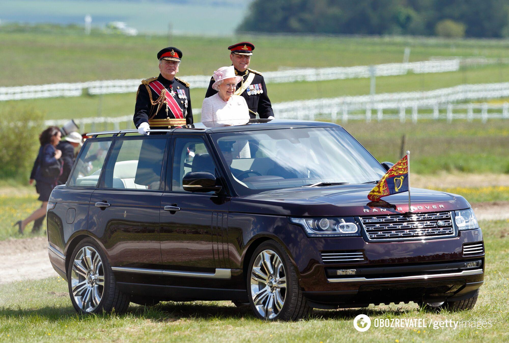 """Королевский Range Rover сравнивают с """"папамобилем"""" папы Римского."""