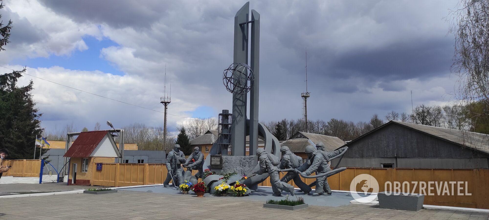 Памятник пожарным-ликвидаторам в Чернобыле.