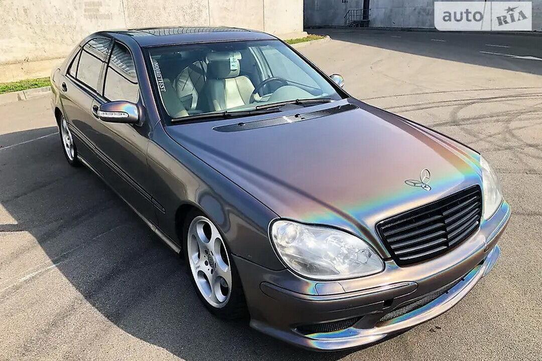 Седан Mercedes-Benz S500 (W220) 2005 года выпуска принимал участие в съемках клипа Майли Сайрус