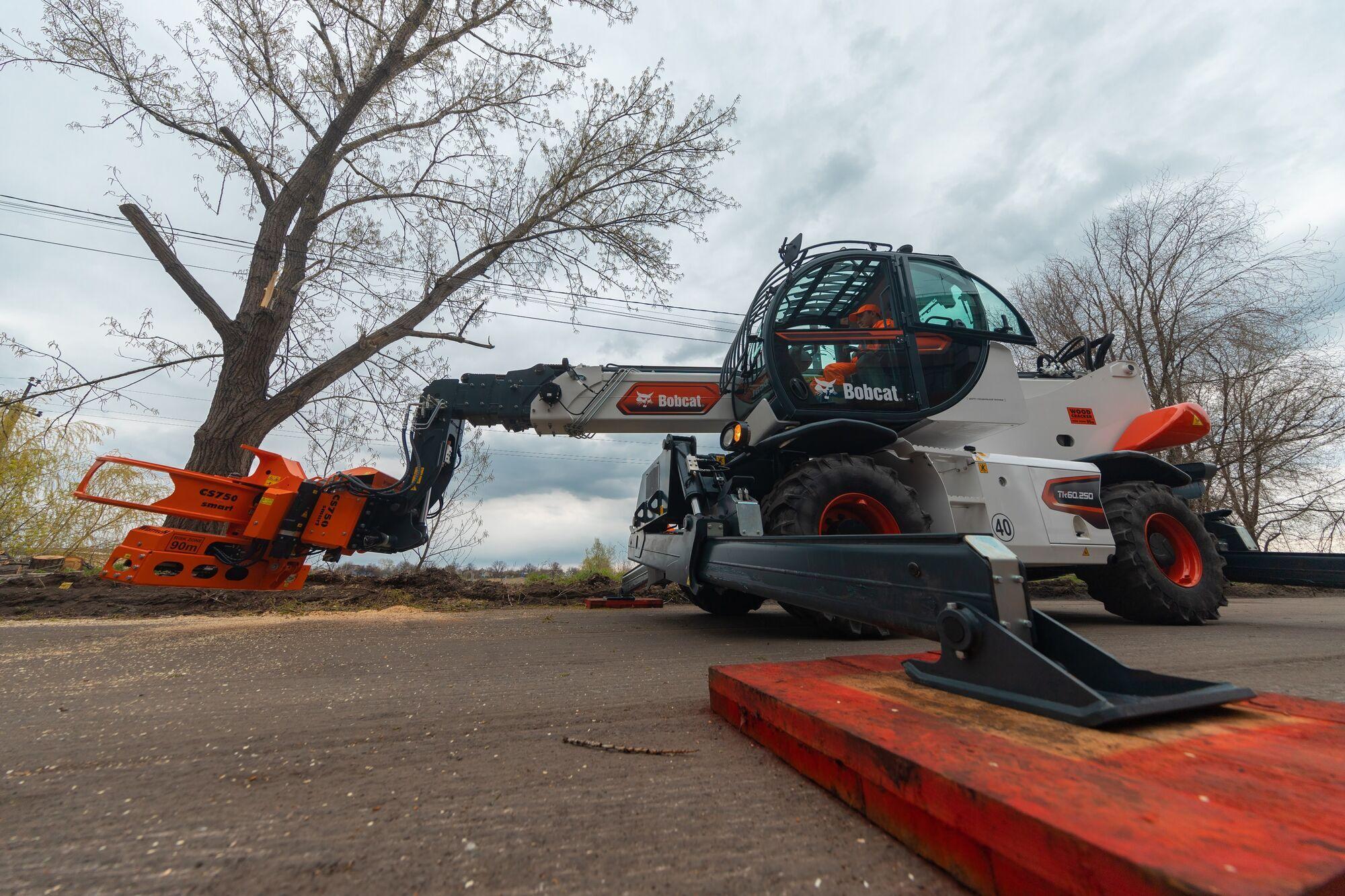 В Днепре появился единственный в Украине телескопический манипулятор для удаления аварийных деревьев