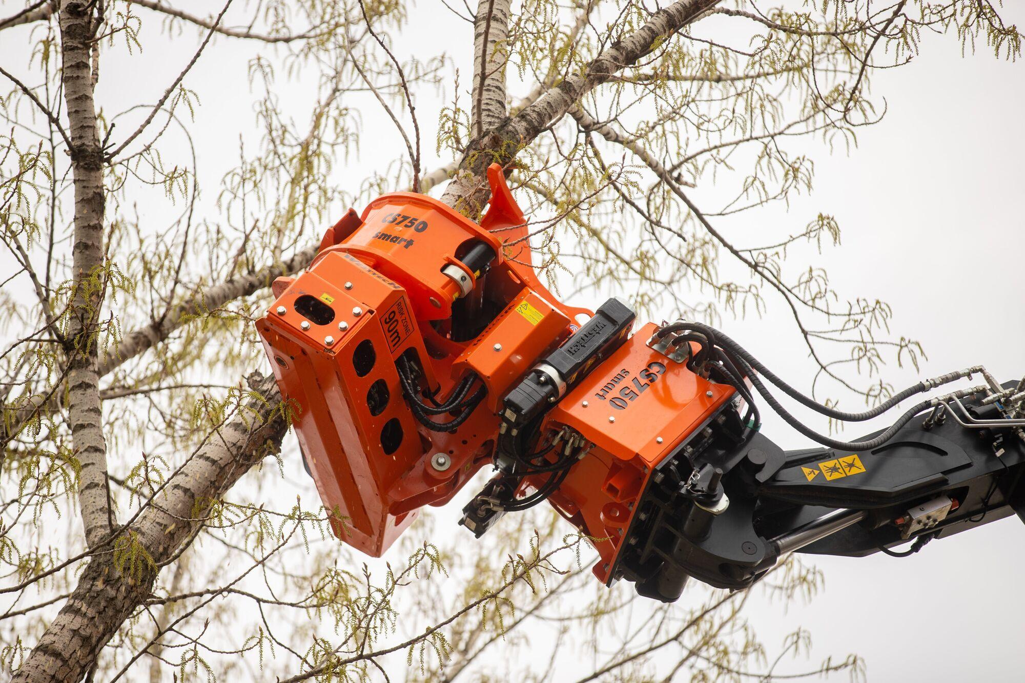 Машина позволяет удалять дерева любой высоты без привлечения вышки, кранов и т.п.
