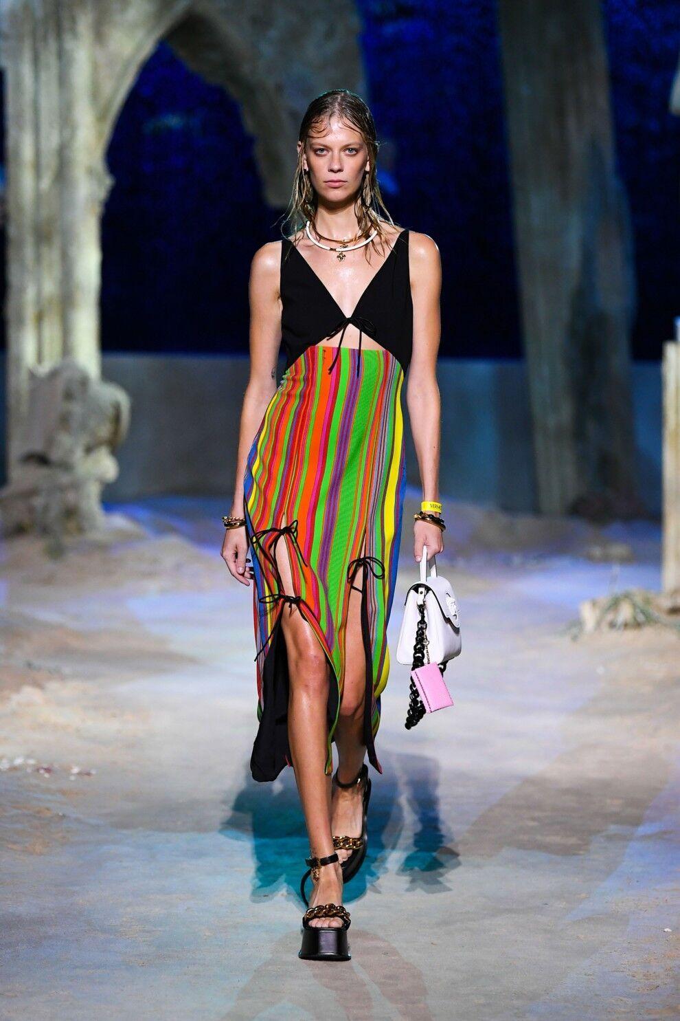 Модное платье в полоску от Versace
