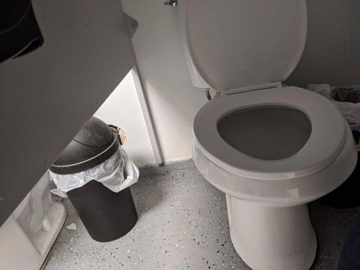 В общественном туалете слишком высокие перегородки между кабинами.