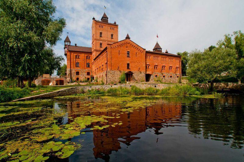 Замок стоит на гранитной скале и пронизан духом старины