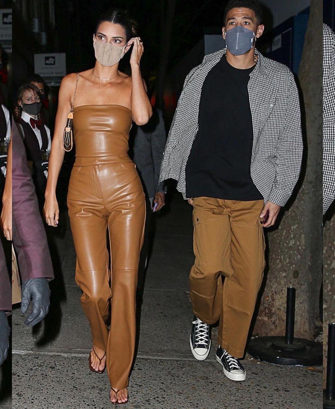 Модель позировала в кожаных брюках и топе-бандо