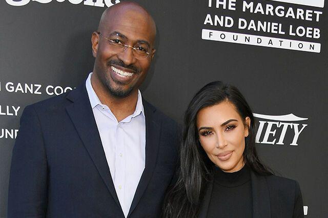 Ким Кардашьян и Джонс позировали на мероприятии.