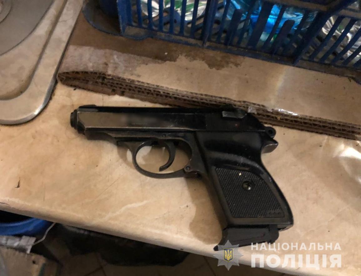 В Одесі чоловік погрожував стоматологу пістолетом через плач доньки. Фото