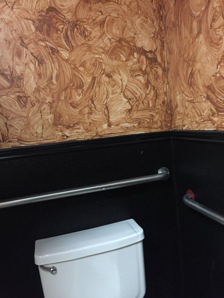 Странные обои для общественного туалета.