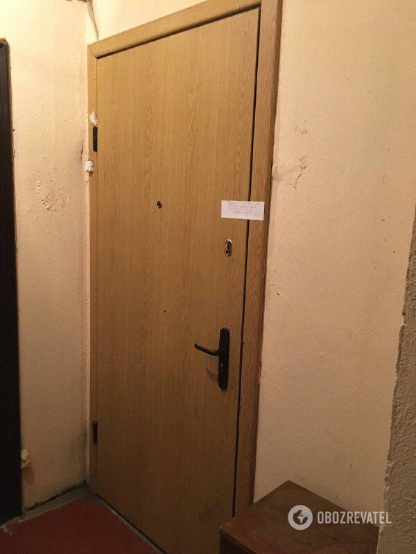 Квартира, де сталося потрійне вбивство, опечатана