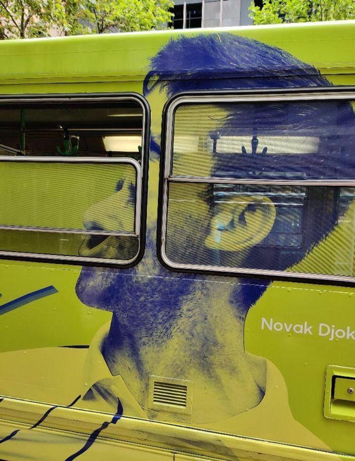 Граффити на автобусе исказило лицо.