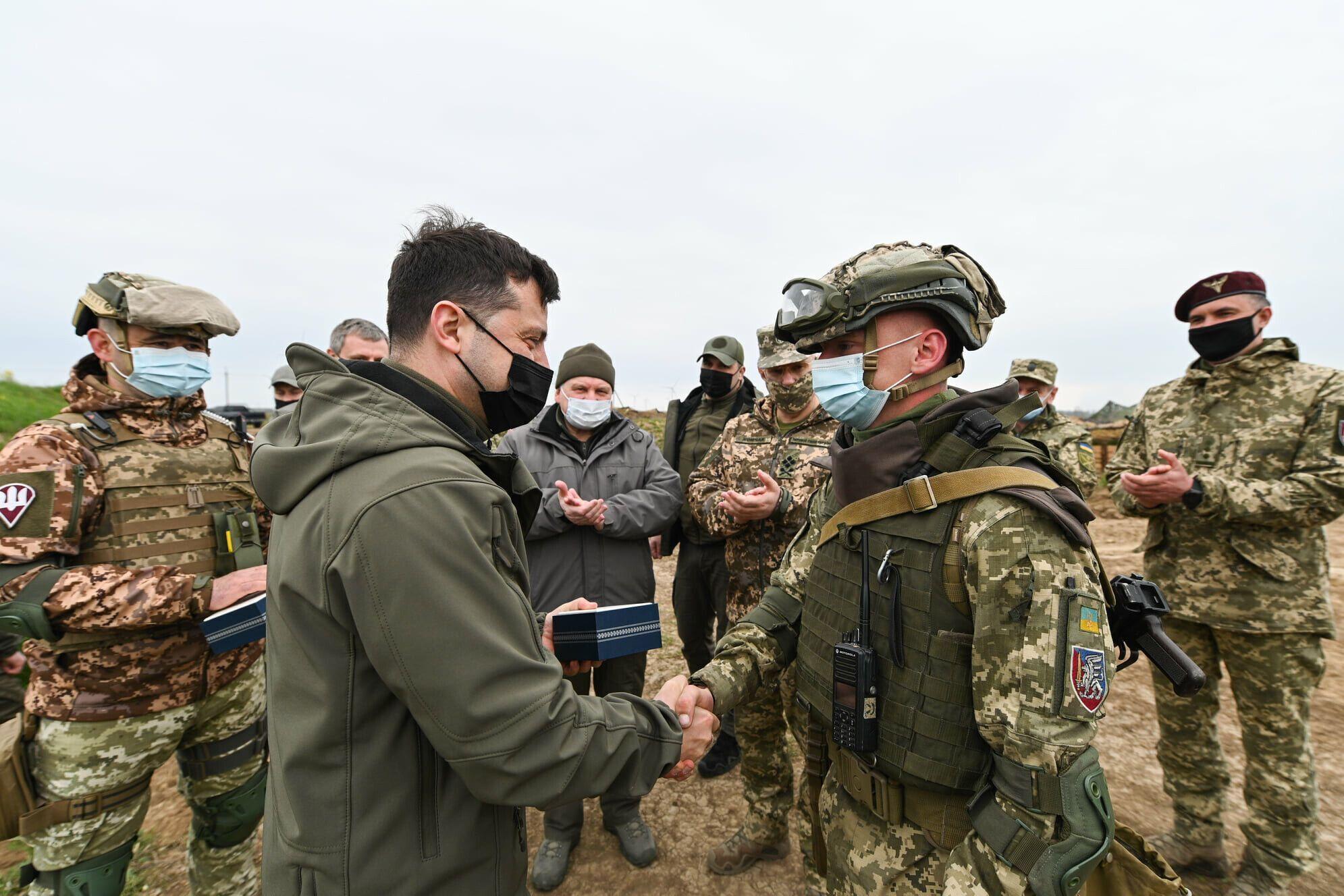 Зеленский передал двум военным подразделениям приборы ночного видения и тепловизоры