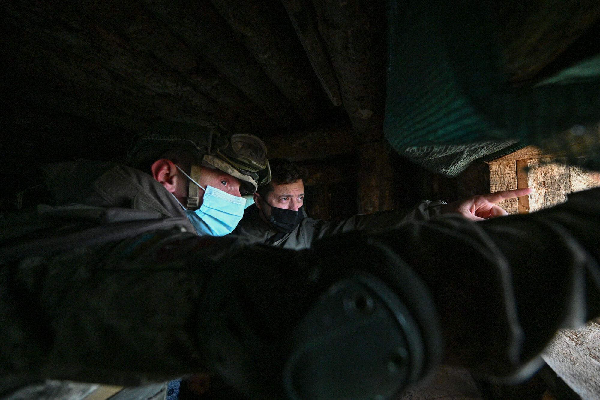 Зеленский считает, что представители власти должны регулярно посещать позиции ВСУ на Донбассе