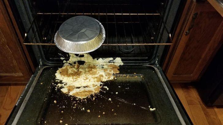 Праздничный чизкейк выпал из духовки.