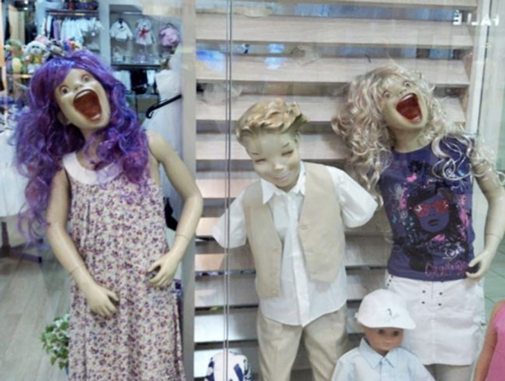 Манекены делают антирекламу одежды.
