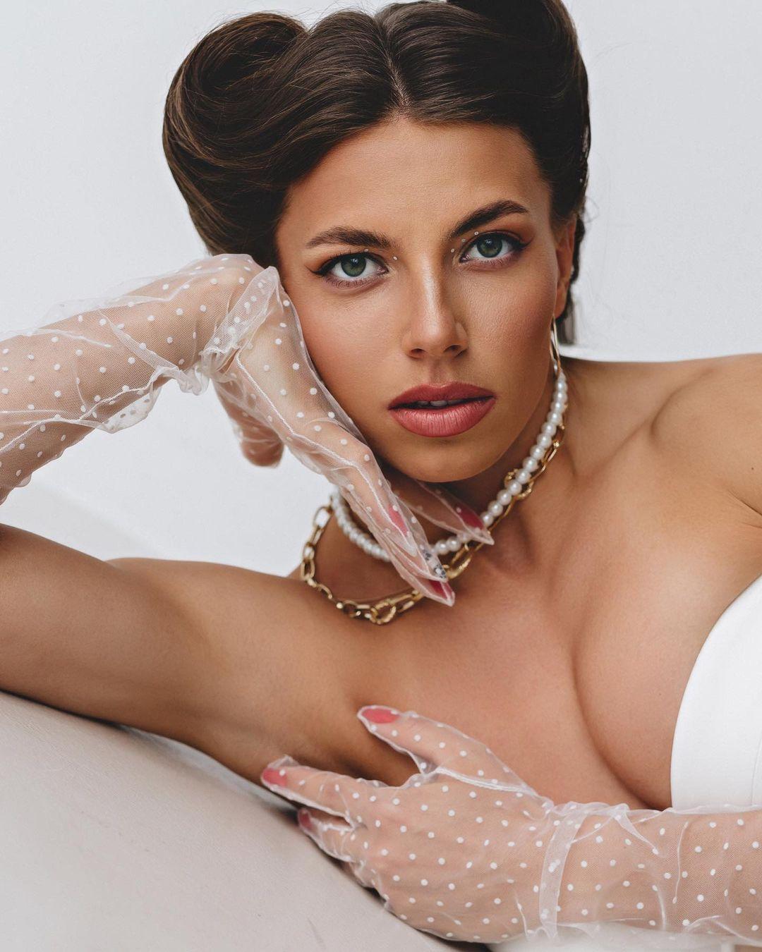 Марина Бех-Романчук смотрит в камеру