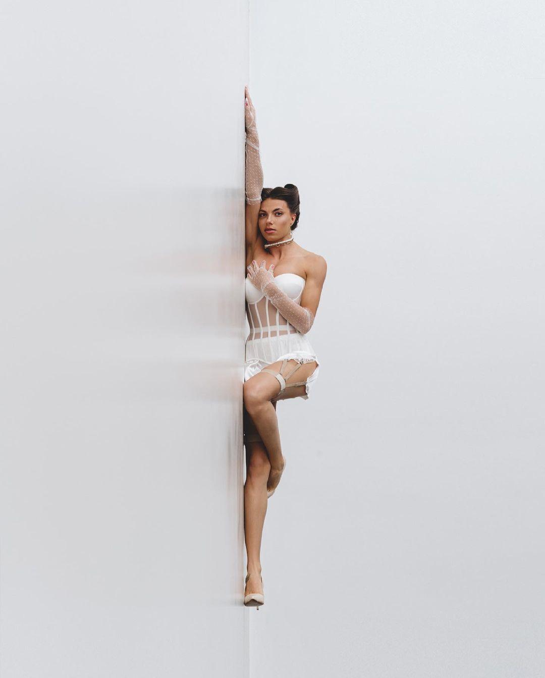 Марина Бех-Романчук розтягнулася на підлозі
