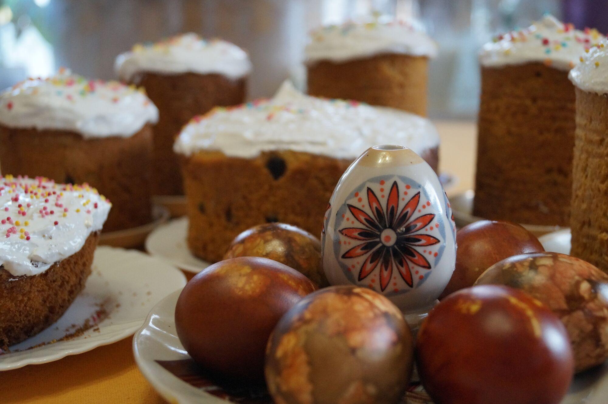 Во время праздничной службы освящается пасхальная еда