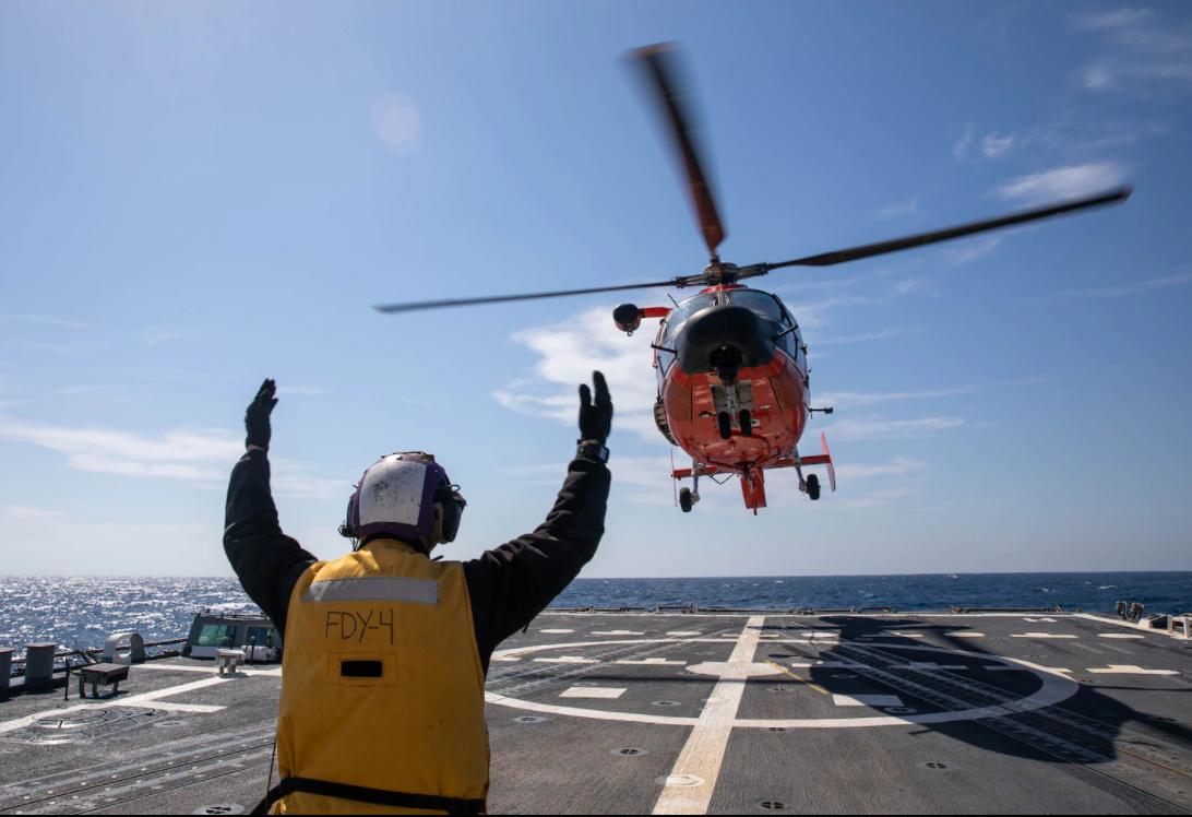 В учениях был задействован вертолет MH-65 Dolphin