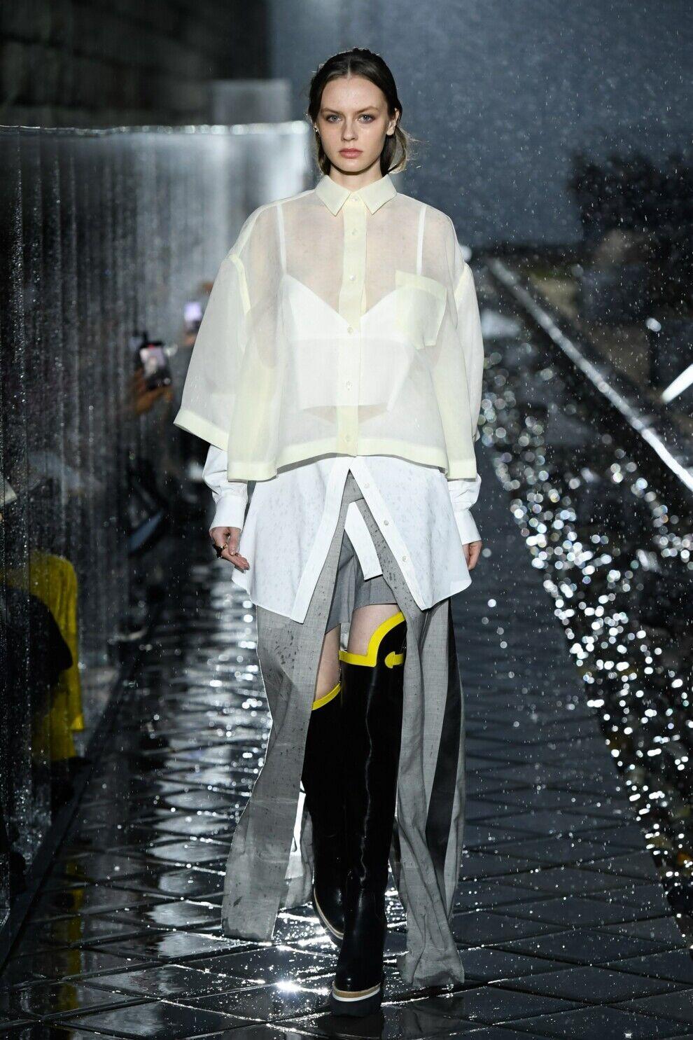 Полупрозрачная блуза актуальна этой весной.