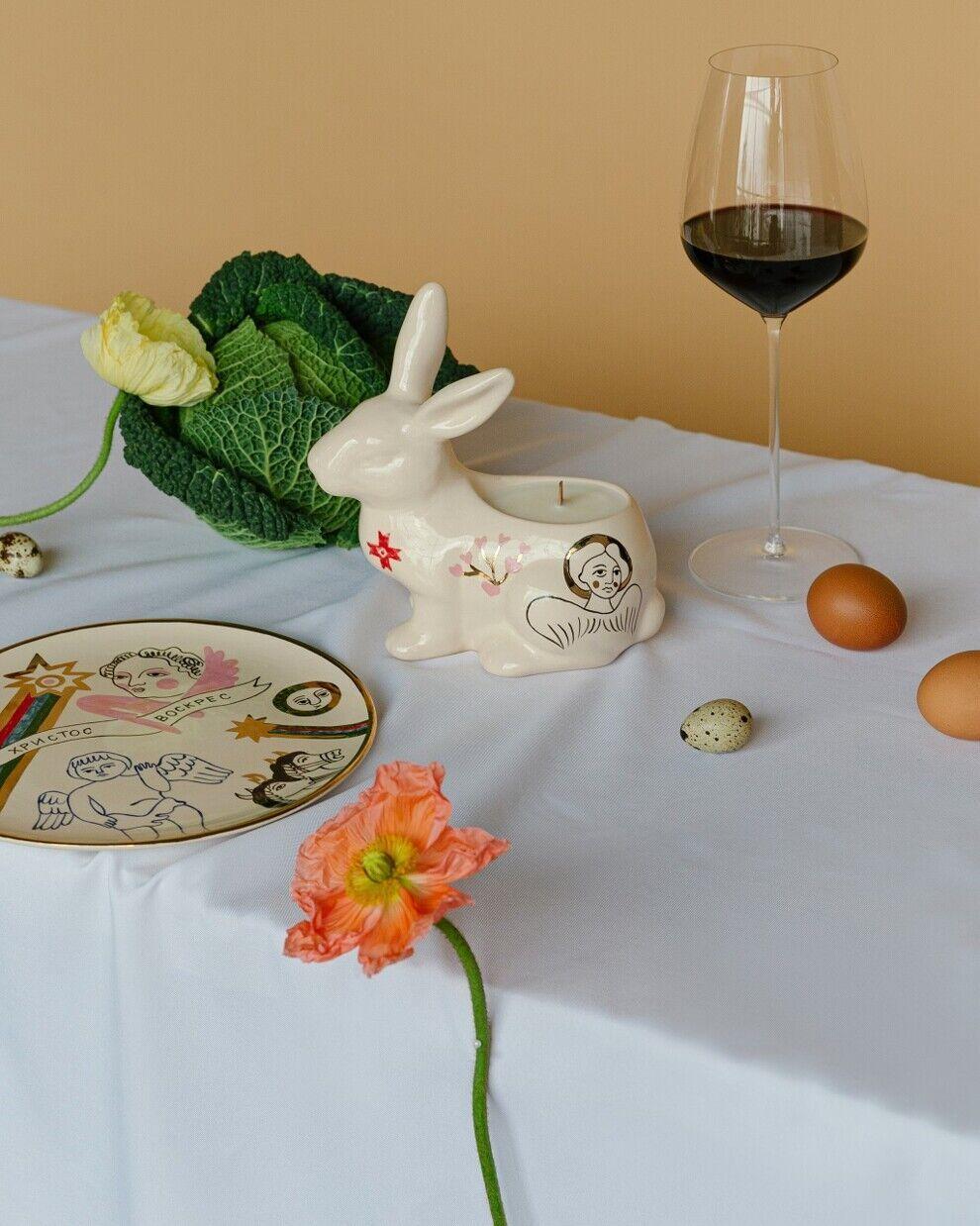 На пасху прикрашають стіл кроликами, курочками і квітами.