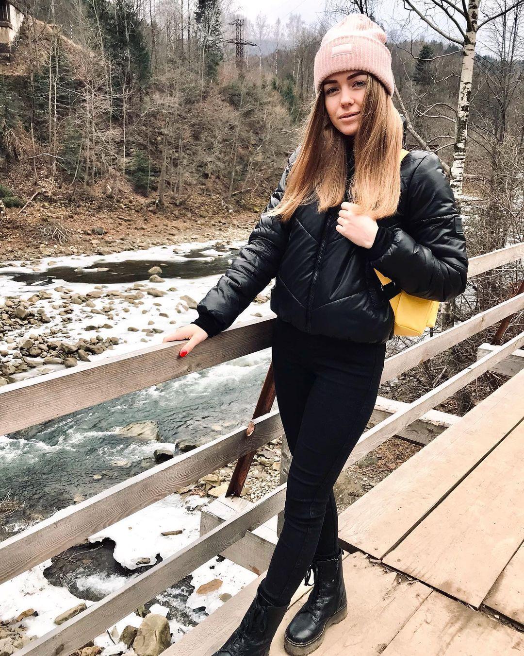 Анастасия Сидоренко на фоне речки