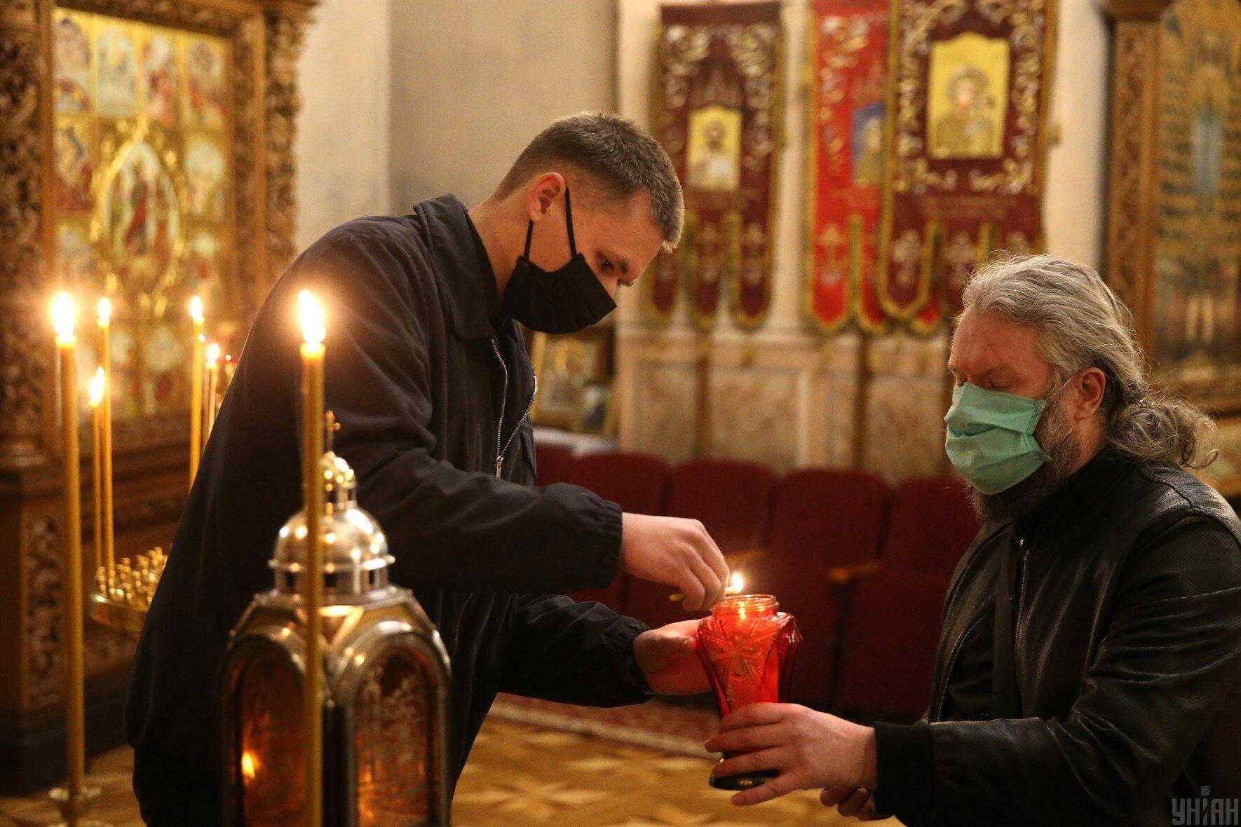 Вважається, що вперше Благодатний вогонь зійшов, коли апостол Петро прийшов до Гробу Господнього