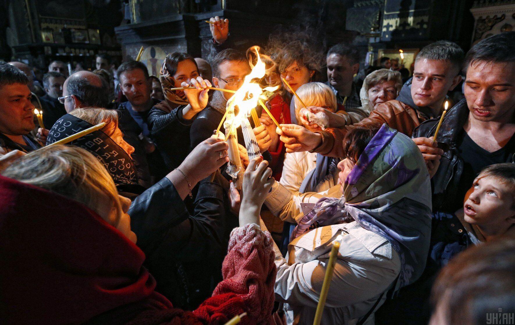 Віряни роздають одне одному Благодатний вогонь, Володимирський собор, Київ