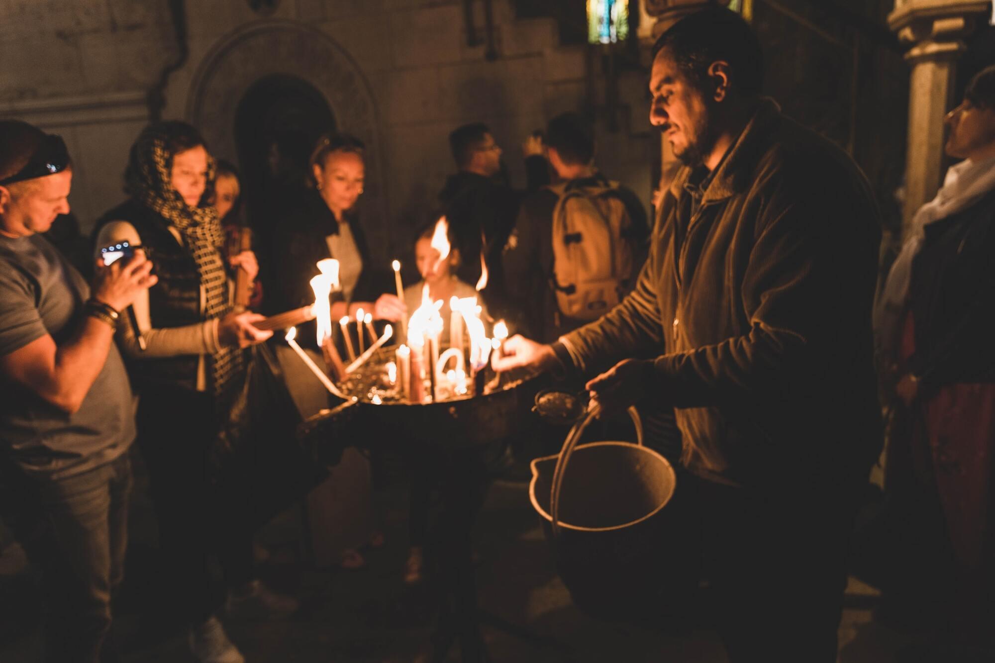 """Винесення Благодатного вогню з Кувуклії символізує вихід з Гробу """"Світла істинного"""" – воскреслого Ісуса Христа"""