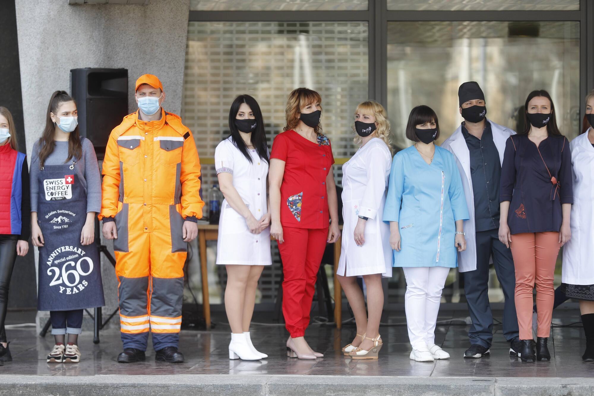 Местные производители самостоятельно разрабатывают модели форменной одежды